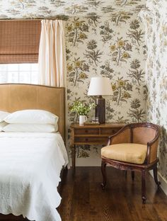 Charming Guest Room Down the hall, a sunflower-print paper covering both the walls and the ceiling gives a cozy, old-fashioned attitude to the attic-like guest bedroom, where a modern camel-hue headboard contrasts a menagerie of vintage furniture pieces. Bedroom Furniture Sets, Bedroom Sets, Home Decor Bedroom, Master Bedroom, Guest Bedrooms, Master Suite, Office Furniture, Traditional Decor, Traditional House