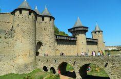 Veja 10 cidades medievais que você não pode perder Carcassonne-França Notre Dame, Barcelona Cathedral, Mansions, House Styles, Building, Travel, Medieval Town, Castles, Cities