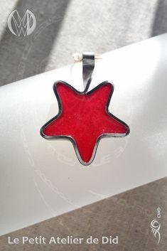 Réalisation [ Fait-Main ] avec du fil aluminium anodisé Argent et résine. Une étoile au coeur Rouge de résine translucide, scintillante de micas. Il suffit d'en avoir quelques unes, avec quelques autres versions de décos festives, pour orner magnifiquement et tout en délicatesse le sapin de Noël. Decoration Table, Chevrolet Logo, Creations, Fir Tree, Wall Art, Handmade, Silver, Red, Jewerly