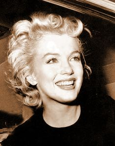"""In yet another great article titled """"Marilyn's Forensic Legacy"""" by Dr. Katherine Ramsland in Psychology Today, she addresses the death of Marilyn Monroe, a death that has remained controvers… Marylin Monroe, Marilyn Monroe Portrait, Marilyn Monroe Photos, Hollywood Glamour, Old Hollywood, Classic Hollywood, Most Beautiful Women, Beautiful People, Beautiful Eyes"""