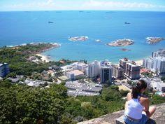 Assim é a vista do Morro do Moreno. Localizado próximo ao centro de Vila Velha-ES, ele tem 274 metros de altura e proporciona essa vista para quem chega ao seu topo. Quem tam uma foto como esta que a Adriana Ferreira nos enviou?