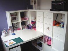 Optimale opbergruimte door beide wanden van de hoek kasten te maken met het bureau er tegenaan.