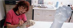 Judy Chicago.Ha explorado una amplia gama de medios de comunicación: pintura, escultura, dibujo, grabado, pintura-china, cerámica, tapicería, punto, y más recientemente vidrio. Escritora y autora de Instalaciones.    Comenzó a estudiar arte con 8 años, y luego en la Universidad de California , Los Angeles. Allí  sus 1º obstáculos por ser una mujer. Pionera en el campo del arte y  feminismo. A principios de los setenta imparte un programa exclusivo.Afamada escultora.