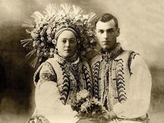 Traditional Ukrainian wedding headdress: A wedding photo from the Carpathian mountains, circa Flower Headdress, Wedding Headdress, Historical Clothing, Historical Photos, Ukrainian Christmas, Magazine Pictures, Folk Costume, Costumes, Traditional Outfits