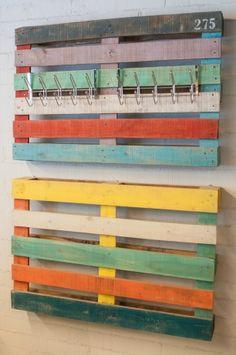 L'estoc | Muebles con valor añadido Colgador. Pallets reciclados y transformados. Acabado en decapé de distintos colores.