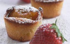 Mini mandelmuffins Søde små minimuffins bagt med marcipan og mandelmel. Server dem som godbidder til kaffen eller som en lille dessert.