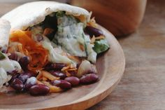 Fastfood made vegan: gyros met tzatziki, op een pitabroodje met rauwkost. Verantwoord, simpel, goedkoop en mega lekker.