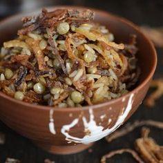Arroz y Lentejas con Especias - Mejadra - Mjadra - Mujaddara - Enyadra - Mejadra, Mjadra, Mujaddara, Enyadra entre algunos de los nombre en los que se conoce este plato originario de medio oriente muy fácil de preparar con tan sólo tres ingredientes principales como el arroz, las lenjetas y la cebolla. Con especias que generan que explote de sabor hacen que esta receta económica de preparar sea riquísima y realmente única!