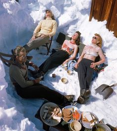 Sun Valley, Idaho Vintage Photo of skiers taking a break and having lunch. See more vintage photography and vintage … Sun Valley Idaho, Ski Vintage, Vintage Winter, Vintage Travel, Vintage Posters, Ski Et Snowboard, Snowboarding, Mode Au Ski, Vive Le Sport