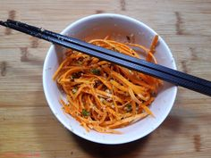 Karottensalat... ...koreanisch/russischer Art ... . . . @fluffigundhart #asiatisch #chuseok #essen #essenmachtglücklich #fluffigundhartchuseok #food #foodblogger #foodbloggerdeutschland #foodlover #foodpic #instafood #instafoodie #karotten #kochen #kochenleichtgemacht #koreanisch #lecker #leckerschmecker #mittagsessen #Möhren #Morkovcha #rezepte #rezeptidee #salat #selbstgekocht #vorspeise Foodblogger, Japchae, Ethnic Recipes, Meat, Korean, Side Dishes, Meal, Essen