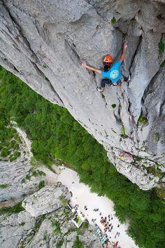 The spectacular view of a free climber on Paklenica #lobagolabnb #lobagolaadventure #mediterra #croatia #outdoor #adventure #balkan #nature #naturalpark #trekking #cycling #freeclimbing #seakayaking #canyoning #lovenature #visitcroatia #plitvicelakes #paklenica #kornatiislands #velebit #citybreak #microadventure
