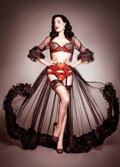 Um dos conjuntos sexy de lingeries assinadas por Dita Von Teese em parceria  com a loja 17697b557e6