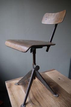 chaise atelier industrielle JEAN PROUVE dans leur jus