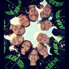 Perfect team photo <3 Softball Party, Softball Drills, Softball Crafts, Softball Coach, Softball Stuff, Softball Team Pictures, Baseball Pictures, Bff Pictures, Sports Pictures
