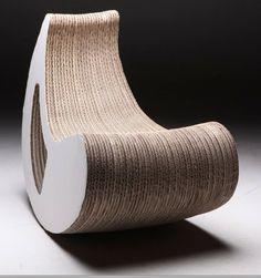"""http://www.artbiznes.pl/index.php/tektura-slonce-smieci/ Polscy i światowi designerzy biorą na warsztat także tekturę falistą. Leo Kempf stworzył z niej stolik w kształcie… komiksowego dymka, a Dominika Blazek zaprojektowała pufy i bujane siedziska. """"Multiplikując warstwy tektury, sklejając je ze sobą naprzemiennie, uzyskujemy praktyczny materiał, wytrzymałością porównywalny do sklejki, chociaż zdecydowanie lżejszy, dający możliwość nadawania form, TWORZĄC SUBIEKTYWNY DIZAJN."""