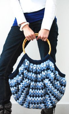 granny square bag- this would be so easy to do and I just happen to have the handles!