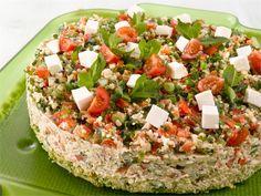 Taboulleh-voileipäkakku yhdistää kaksi perinteistä herkkua: libanonilaisen taboullehin – salaatin, jossa on kasvisten lisäksi bulguria – sekä kasvisvoileipäkakun. Se on herkullinen, välimerellinen ruoka kevään ja kesän juhliin. Sandwich Cake, Sandwiches, Cheesecakes, Cobb Salad, Food And Drink, Kitchen, Cook, Recipes, Bulgur