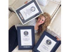 La cantante colombiana Shakira posando con sus tres records del mundo. Vaya crack ¡
