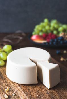 Deshalb haben wir heute eine etwas günstigere, aber geschmacklich genauso hervorragende Alternative für dich: Veganer Käse Gouda art auf Reisbasis