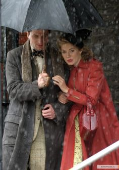 Dylan et Caitlin attendent le verdict du procès de William Dylan Thomas, 1940's Fashion, Vintage Fashion, 1940s Inspired Fashion, The Edge Of Love, Country Living Uk, I Love Rain, Prince William, Costume Design