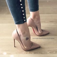 Annshoe: beige pumps, arches, and toe cleavage