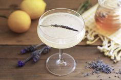 lavender bees knees: Combine 2 oz gin, oz lavender honey syrup, 1 oz lemon juice, and ice in a shaker. Garnish with a sprig of lavender. Bourbon Cocktails, Spring Cocktails, Cocktail Drinks, Cocktail Recipes, Drink Recipes, Cocktail List, Fancy Drinks, Refreshing Drinks, Yummy Drinks