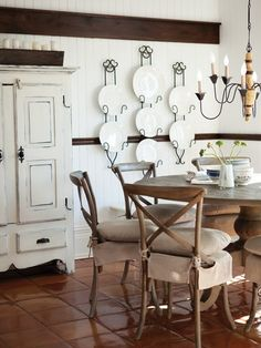 Simple white plates hung in decorative plate racks = cool elegance! Plate Display, French Country Decorating, Country French, Paint Colors For Living Room, Cottage Style, Interior Design Living Room, Furniture Design, Sweet Home, Photos