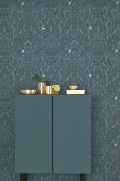 Kaunis kuitutapetti (non-woven). Valmistaja ruotsalainen Majvillan. Helppo levittää suoraan seinälle. Suunnittelija Charlotta Sandberg. Ympäristöystävällisesti tuotettu. Kuvion mallikerta 53x53cm. Suora kuvion kohdistus. Rullassa 0,53 x 10,05 m.