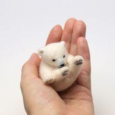 Baby polar bear made of wool felt Needle Felted Animals, Felt Animals, Cute Animals, Felt Diy, Felt Crafts, Needle Felting Tutorials, Felt Dolls, Rag Dolls, Fabric Dolls