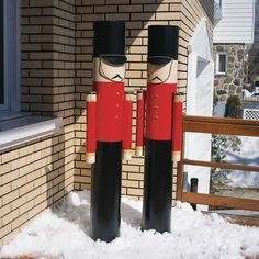 In stages: making Nutcrackers for the outdoors Je Décore Nutcracker Decor, Nutcracker Christmas, Christmas Yard Decorations, Christmas Lights, Simple Christmas, Christmas Holidays, Christmas Makes, Christmas Soldiers, Navidad Diy