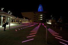 Proyecto de Iluminación: BruumRuum! luz social y sonido interactivo por artec3 Studio & David Torrents,Por la noche, BruumRuum! lleva vida a la plaza.. Image ©  Xavi Padrós