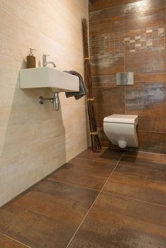 Toilet in roestkleur.