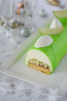Christmas log with green apple Xmas Desserts, Paris Food, French Patisserie, Log Cake, Apple Recipes, Yummy Cakes, Food Porn, Food And Drink, Favorite Recipes