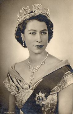 Queen Elizabeth II - stunningly beautiful as a young woman. Royal Uk, Royal Queen, Queen Mary, Young Queen Elizabeth, Princess Elizabeth, Princess Diana, English Royal Family, British Royal Families, Queen Elizabeth Portrait