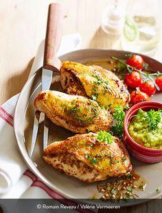 FILET DE POULET MARINÉ, SAUCE AU PERSIL Ingrédients pour 6 personnes : 6 filets de poulet Label Rouge St SEVER avec peau 6 cuillères à café de graines de coriandre 3 cuillères à café de graines de cumin 3 cuillères à café de graines de carvi 3 cuillères à café de poudre de piment d'Espelette 3 cuillères à soupe d'huile d'olive 1 botte de persil 80 g d'amandes 3 gousses d'ail 15 cl d'huile d'olive 6 asperges... On admire la justesse de la cuisson de ces filets qui permet de conserver le… Label Rouge, Sauce Recipes, Salmon Burgers, Parsley, Olive Oil, Garlic, Easy Meals, Healthy Recipes, Chicken