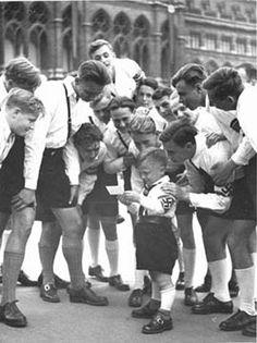 """Das bei einer Großkundgebung vor dem Rathaus aufgenommene Bild trägt die Originalbeschriftung: """"Kleiner Wiener 'Pimpf' steht im Mittelpunkt des Interesses""""."""