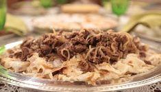 Erzincan ve Elazığ'da Kelecoş, Erzurum'da Keleçaşı, Ağrı, Van ve Hakkari'de Keledoş adıyla anılan bu yemek, ufak malzeme değişiklikleri ile kırsal kesimde yapılan etli bir hamur işi yemeğidir. Turkish Recipes, Ethnic Recipes, Middle Eastern Recipes, Pulled Pork, Cabbage, Food And Drink, Dishes, Chicken, Vegetables