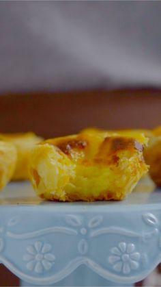 Pastel de nata, uma das especialidades da cozinha portuguesa, esse doce tem uma massa crocante por fora e um recheio cremoso delicioso por dentro.