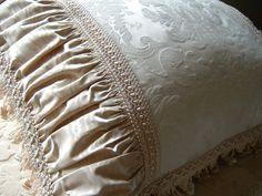 Damask Pillow Moda Peru, Home Decor Furniture, Soft Furnishings, Fabric Decor, Custom Pillows, Drapery, Damask, Bed Pillows, Couture