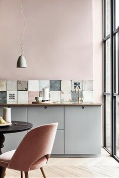 Modern Kitchen Design Elegant pink kitchen with cement tiles - Warm up your home with pink wall colour Modern Kitchen Wall Decor, Home Decor Kitchen, Interior Design Kitchen, New Kitchen, Modern Decor, Home Kitchens, Modern Wall, Modern Furniture, Country Kitchen