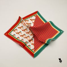 fdd132e38 Pañuelo de Bolsillo con estampado de Caballos y Lunares. Color verde  esmeralda, rojo,