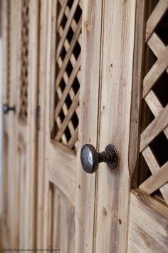 Décoration chalet : portes de placards en bois design. Poignées martelées.