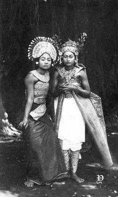 Potret dua penari Bali, sekitar 1935