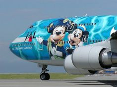 Japan Airlines promotes Disney (remember, there is a Tokyo Disney theme park) on its airplane Airplane Painting, Airplane Art, 747 Airplane, Commercial Plane, Commercial Aircraft, Civil Aviation, Aviation Art, Aviation Humor, Jet Privé