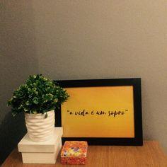 Composição: quadro, vaso, caixas A vida é um sopro !!!