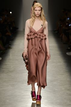 View the complete Rochas Spring 2017 collection from Paris Fashion Week. Paris Fashion Week, Fashion 2017, Look Fashion, Runway Fashion, Spring Fashion, High Fashion, Fashion Show, Womens Fashion, Fashion Design