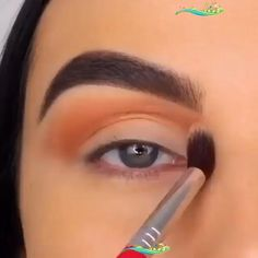 Best eyes makeup tutorial Start by priming your eyes. Apply gold eye shadow towards the inner corner of your eyelid. Apply a warm brown eye shadow on the outer corner of your lid while leaving the center bare. On the center, apply a copper shade of eye shadow and blend the harsh edges out with a blending brush, taking the color outwards. #eyeliner #hudabeauty #makeup<br> COMPETE MAKEUP BRUSH SET: Includes 5 basic eye makeup brush set for seamless foundation, concealer, contour highlight… Basic Eye Makeup, Eye Makeup Images, Eye Makeup Brushes, Makeup Brush Set, Brown Eyeshadow, Eyeshadow Palette, Gold And Brown Eye Makeup, Make Up Tutorial, Thin Eyeliner