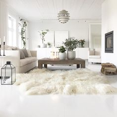 Stylish And Elegant Sheepskin Rug Ideas For Living Room Decoration Large Sheepskin Rug, Rugs In Living Room, Living Room Decor, Piece A Vivre, Luxury Decor, White Rug, Natural Rug, Bed Throws, Shopping