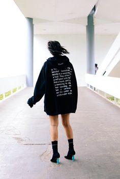 Look Vetements, aquela marca ultra moderna que virou referência no mundo da moda. Ela não é nova, eu até tenho uma amiga, a Sirlene di Santolo que é head buyer da Joseph, e ela sempre me falou da Vetements. Moletom (hoodie) e bota Vetements, saia jeans desfiada Storets.