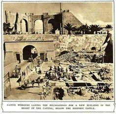 العمال المحليين ( الليبيين ) يقومون بأعمال انشائية وذلك بوضع الأساس لبناء بنايات جديدة في قلب العاصمة طرابلس القديمة داخل أسفل قلعة السراية الحمراء التاريخية